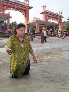Thanes performing tarpanam at the Sea of Rama in Rameshwaram